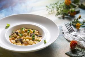 gnocchetti-di-patate-leggermente-affumicate-spinacio-rosso-acqua-di-peperoni-arrostiti-e-semi-di-coriandolo
